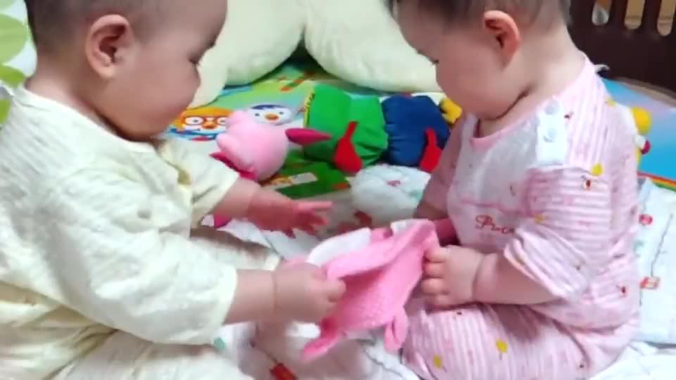 龙凤胎姐弟俩之间的抢帽子大作战 看来女孩从小就比男孩爱哭