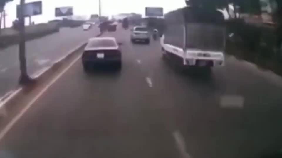 摩托车男子作死不断挑衅忍无可忍的司机当场发飙悲剧了