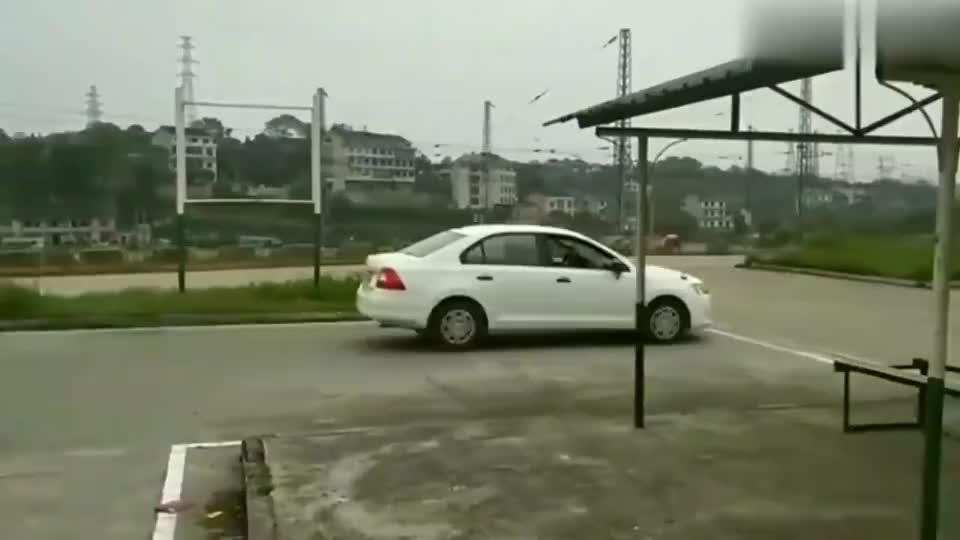 新来的女学员据说是个驾照吊销的老司机这倒车入库呵呵了
