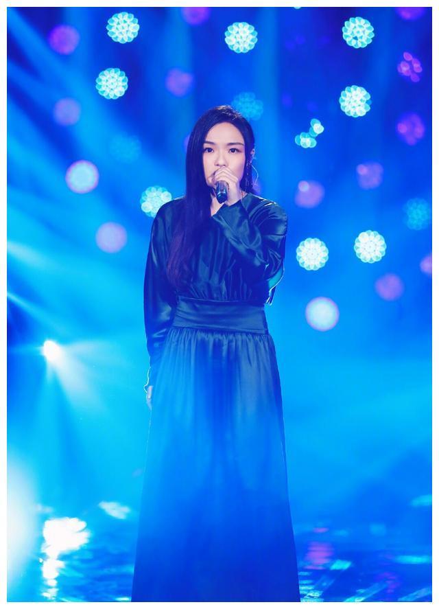 身材略显臃肿的徐佳莹,身穿黑色缎面束腰连衣裙亮相湖南卫视节目