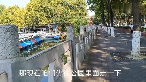湖北襄阳市襄阳公园跨过护城河直奔古城墙
