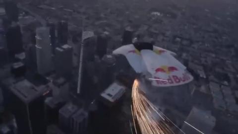 翼装飞行穿越高楼建筑 丝毫偏差便是粉身碎骨!