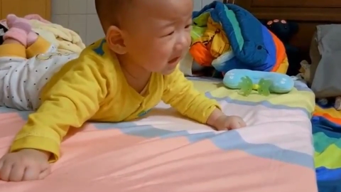 双胞胎小宝宝性格迥异 弟弟总是爱哭哭 哥哥就爱淡定的吃手!