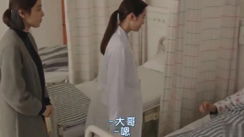 哥哥肝移植成功,妹妹穿白大褂去探望,竟满头大汗出来就换病号服
