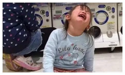 """""""妈妈饶了我吧,我不要了"""",8岁女孩跪地求饶,失控家长是魔鬼"""