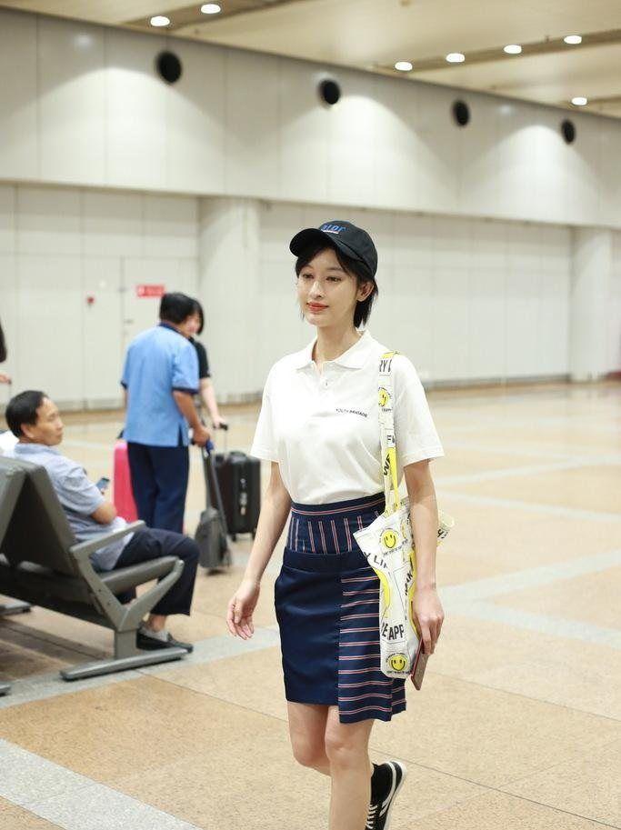 张俪TomBoy风现身机场 白色Polo衫+短裙率性洒脱
