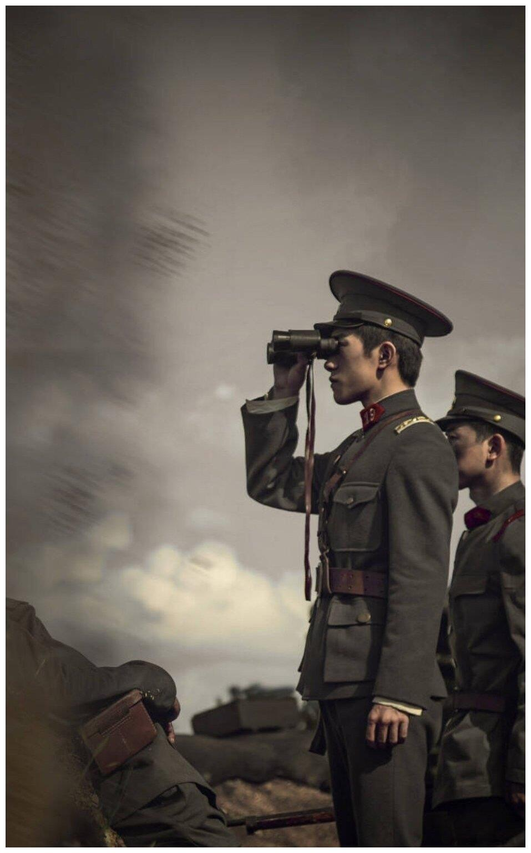易烊千玺剧照来袭,穿军装秀大长腿比例优越,少年军装太撩了