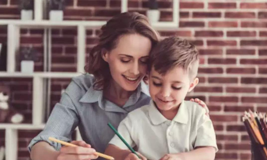除了打骂孩子外,父母用这两种方式可以让他们写作业,效果很好