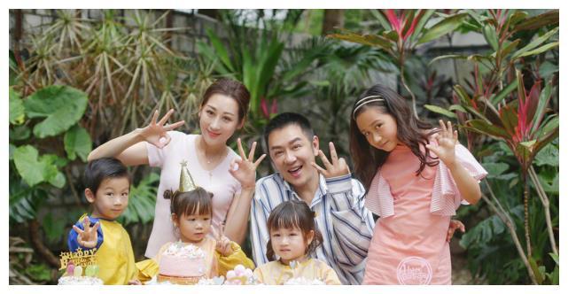蒋丽莎晒夫妻合照秀恩爱,陈浩民分享儿子为妈妈吹头发大秀幸福