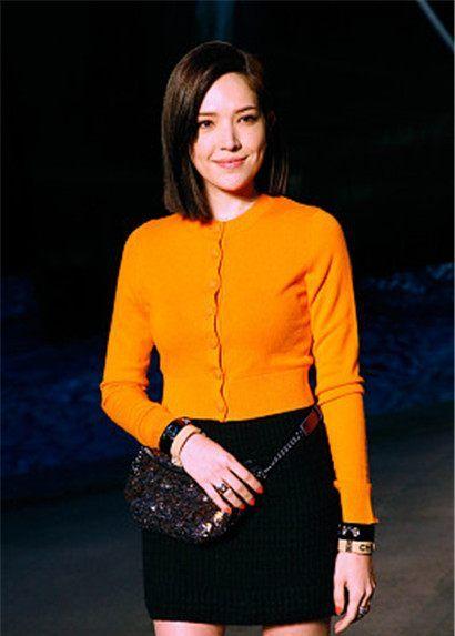 许玮宁:Chanel橘色针织开衫毛呢裙,粗跟短靴优雅秀美腿