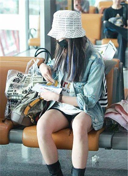 吴宣仪街拍:Stussy印字渔夫帽贴布牛仔夹克,热裤短靴乖巧俏皮