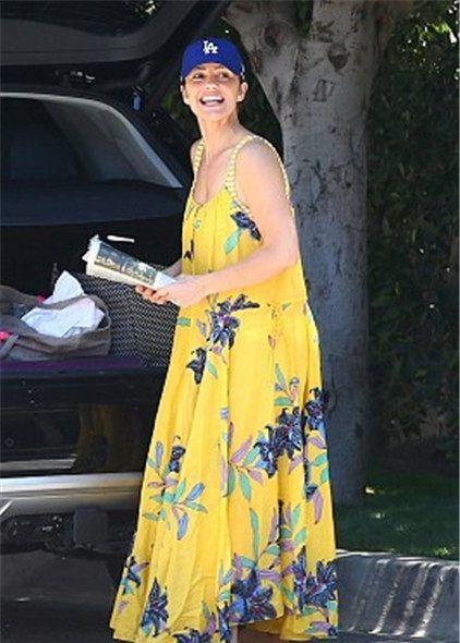 敏卡·凯利被拍到将要外出,面对镜头大方露笑,爱犬也可爱抢镜