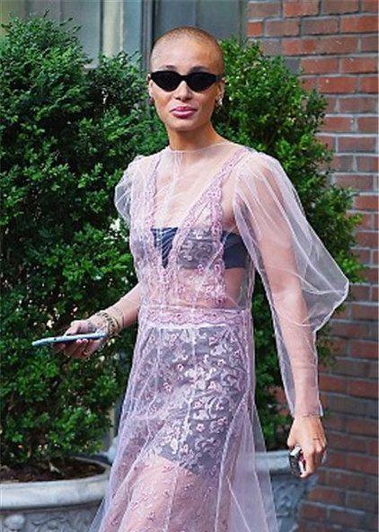 模特Adwoa Aboah顶光头配黑超变社会人,透视裙露内衣显廉价感