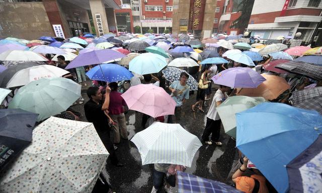 今年的高考,这把雨伞意外火了,解决了下雨天我们所有拿伞的尴尬