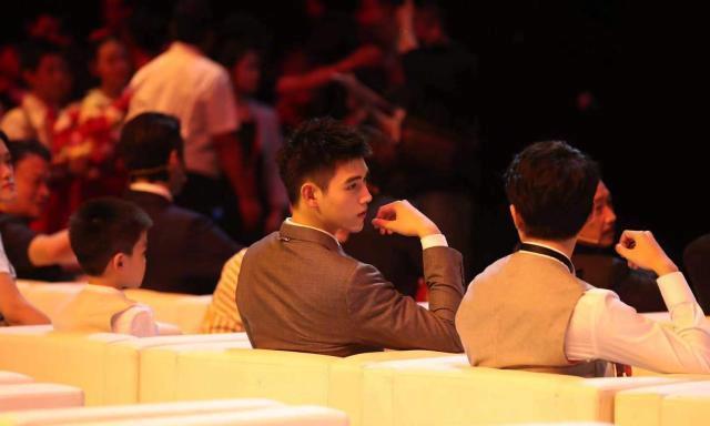 电影颁奖礼观众席朱一龙刘昊然坐一起,王俊凯千玺好多悄悄话