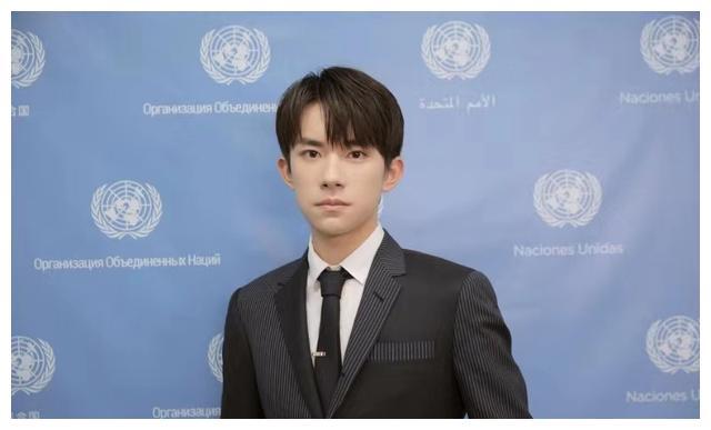 易烊千玺帅气出席联合国青年论坛,加分项实在太明显