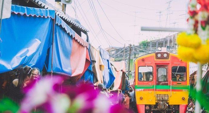 让人习以为常的铁路市场,火车一路鸣笛缓缓开过