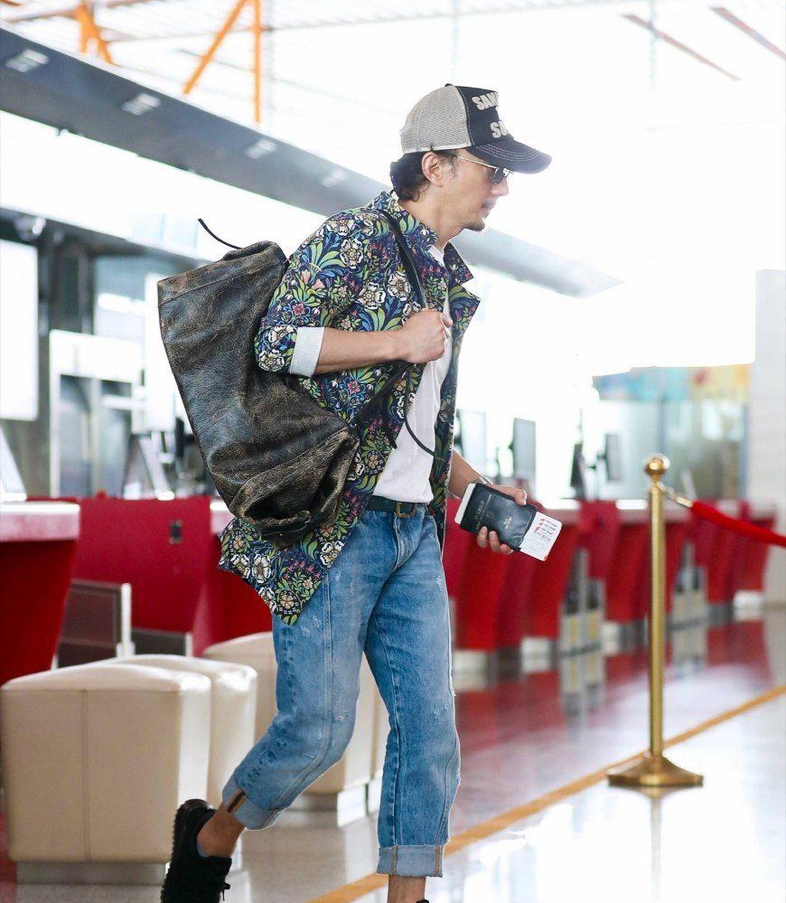 赵立新现身机场,花衬衫牛仔裤,生活中的新叔是个穿搭达人