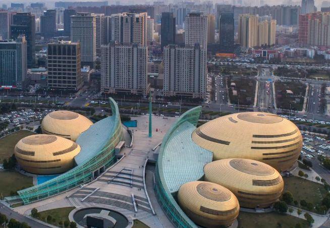 郑州艺术宫,位于建设路中段与百花路交汇处,值得一去的地方