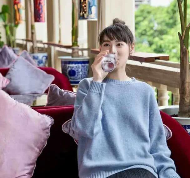 梁洛施日子过得真有滋味,穿浅蓝色毛衣配半身裙喝下午茶,美腻了