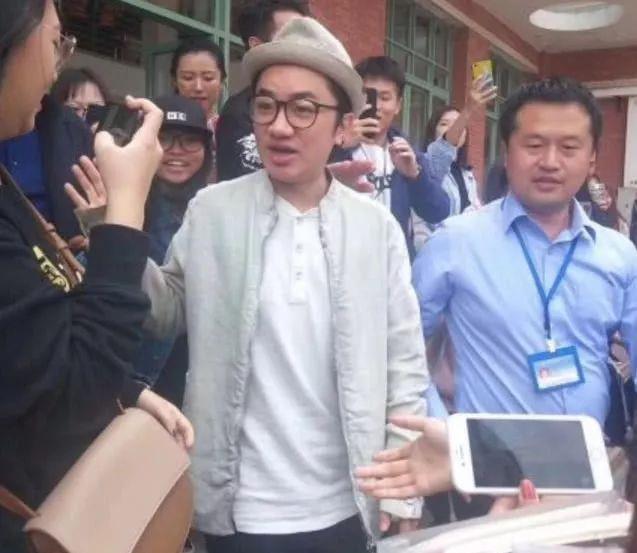 王祖蓝穿李亚男的鞋现身高校,热情的同学们围着拍照场面相当热闹