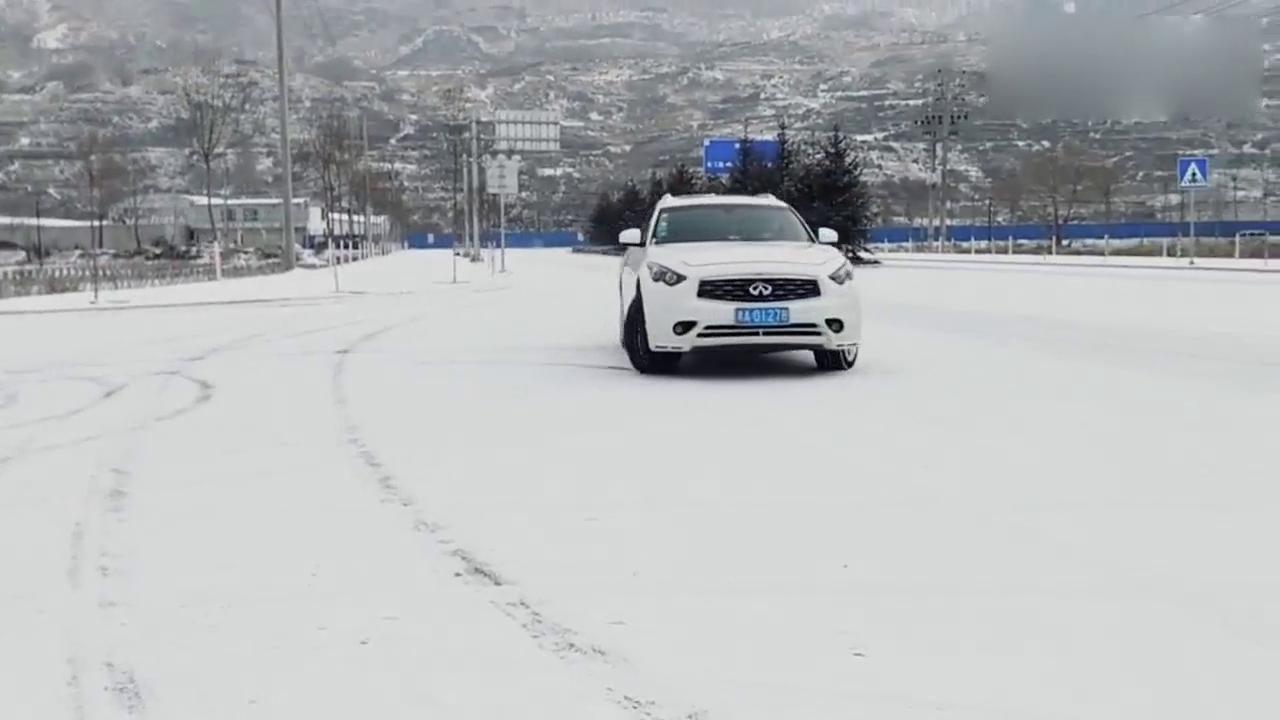 视频:英菲尼迪FX35表演雪地漂移