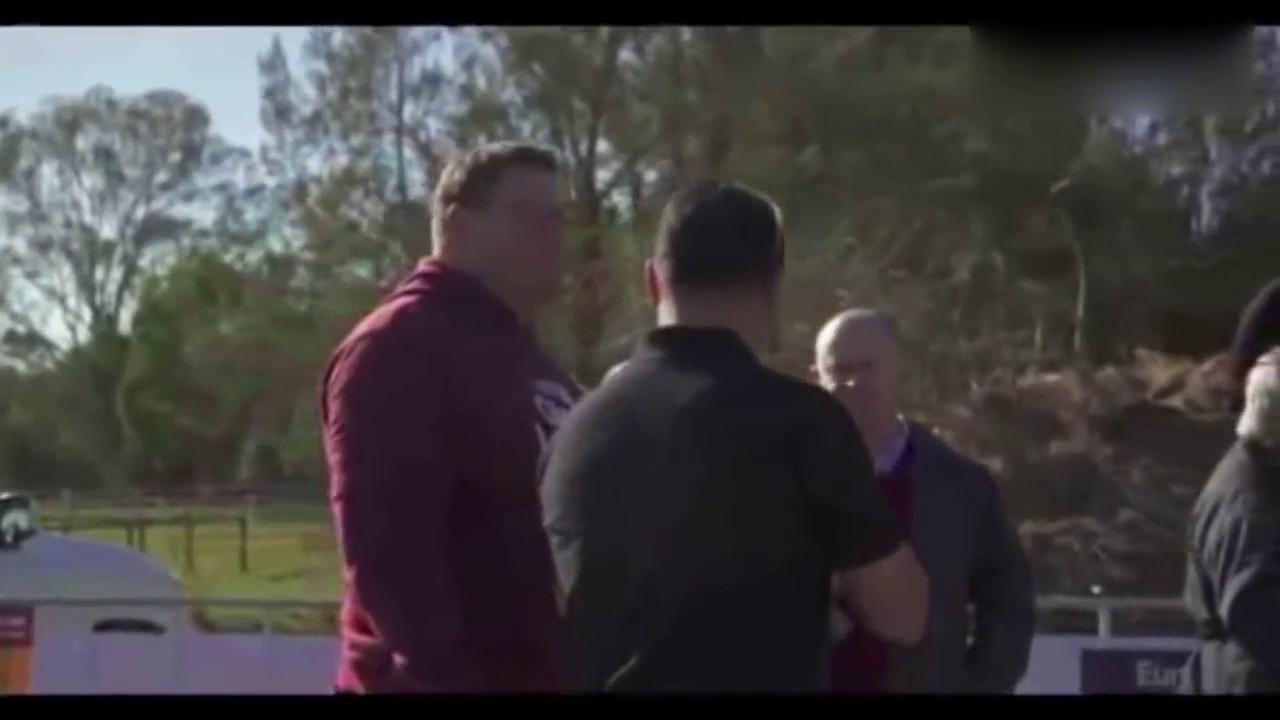视频:道奇酷威问题频发无人理 澳洲夫妇用坦克碾车