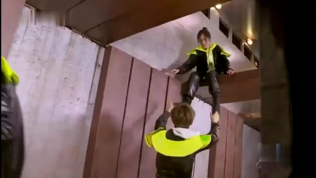 黄明昊:杨幂跳下来我能接住,谢依霖跳下来我接不住哇!