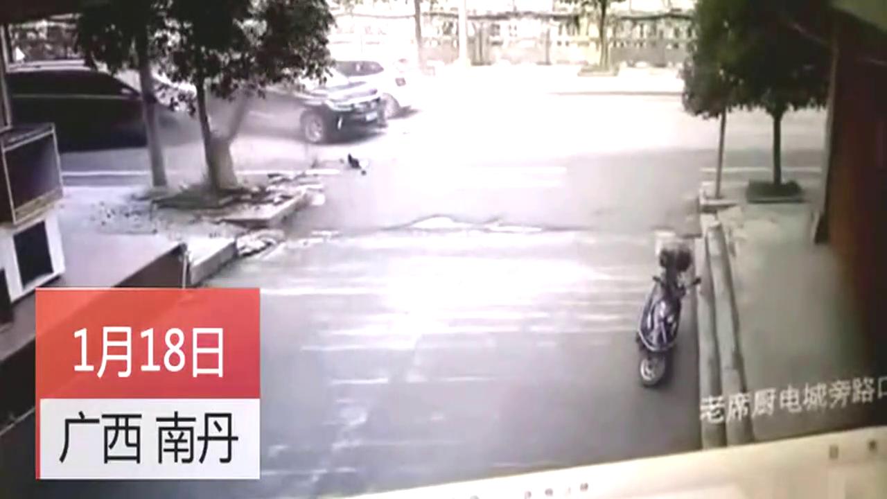 惊险!男子开车怼灯杆被弹飞 路灯杆当即倒地