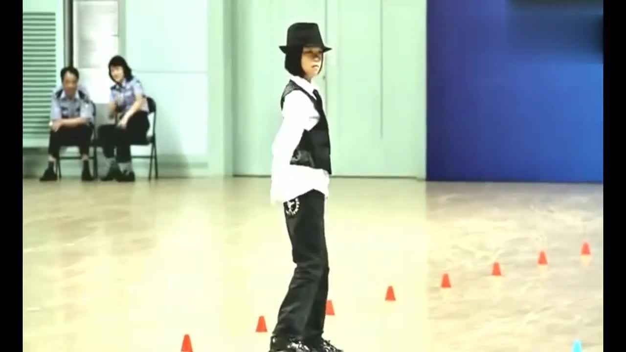 太精彩了中国小女孩用轮滑表演了迈克尔杰克逊的舞蹈