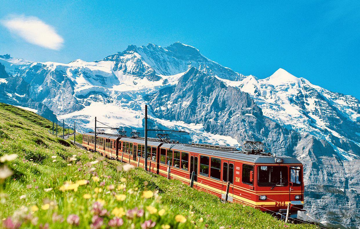 美丽壮观的阿尔卑斯山脉(Alps)的少女峰和勃朗峰!