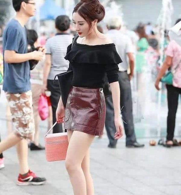 街拍:闭月羞花的小姐姐,一件红色吊带搭配短裤,大秀婀娜好身材