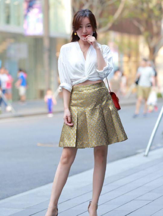 街拍:美女身材前凸后翘,穿紧身衣凸显上围傲人,尽显熟女韵味!