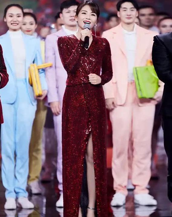 刘涛越来越不像41岁的人,穿红色开叉裙气质好到爆,就是胯挺宽!
