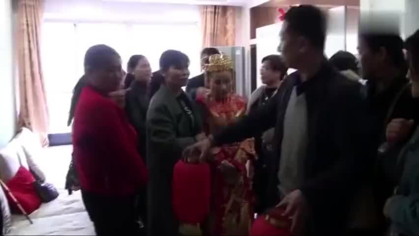 贵州遵义姑娘第一次出嫁到农村新郎提着灯笼迎新娘出门乐坏了