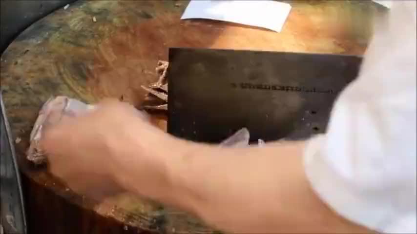香港烧腊茶餐厅烧鹅上庄拆骨起肉手法讲究