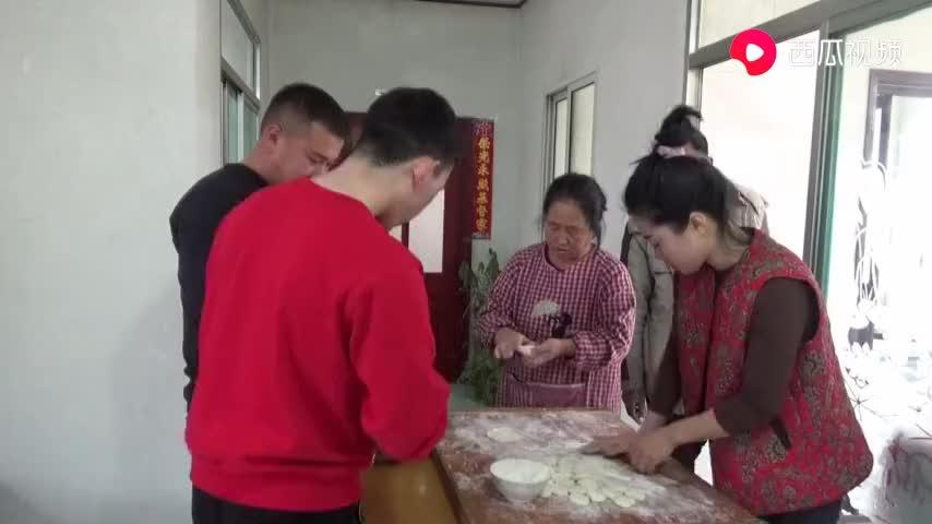 东北胖小正月初五全家一起包饺子竟然成了比赛吃的方法改变了