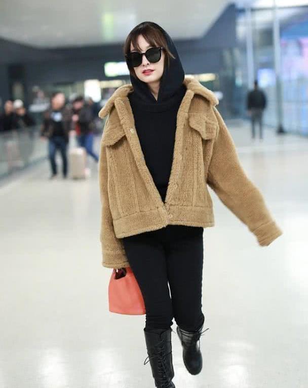吴昕现身机场,36岁梳刘海少女心十足,穿卫衣搭羊毛绒外套显腿细