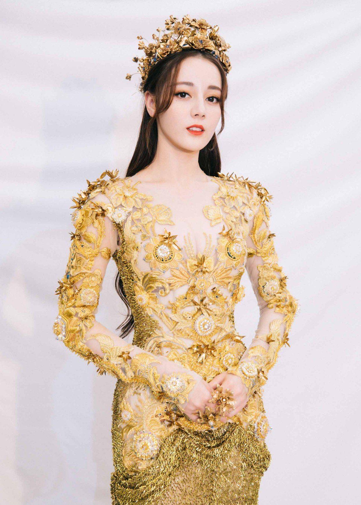 迪丽热巴很会穿搭,时尚造型尽显少女优势