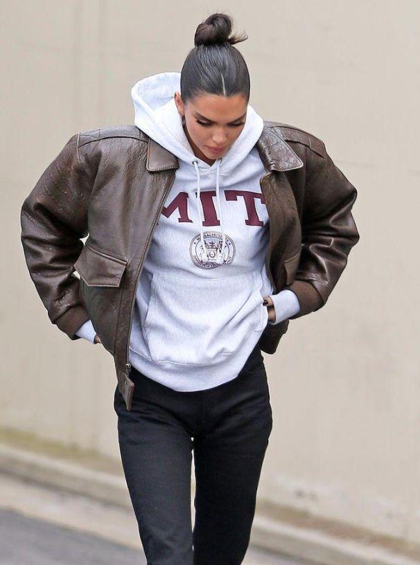 肯达尔·詹娜边走边提裤子,卫衣搭廓形皮夹克复古帅气