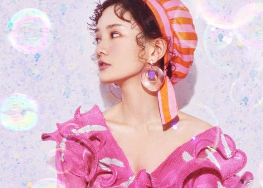 馨子粉色装扮美照,萌态十足,少女感爆棚