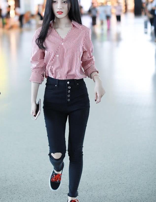 鞠婧祎街拍:Stylenanda红条纹衬衫牛仔裤Vans板鞋 甜美淑女