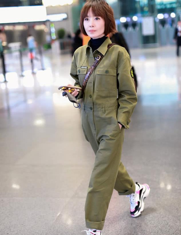 鲁豫街拍:军绿色工装连体裤Balenciaga老爹鞋率性干练