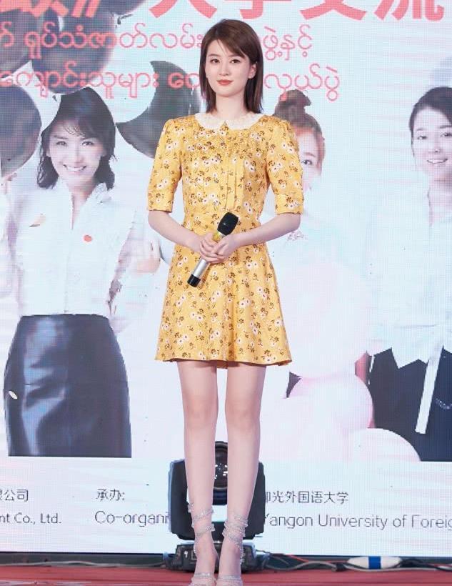 乔欣引领最新时尚潮流,一袭小黄裙老显白咯