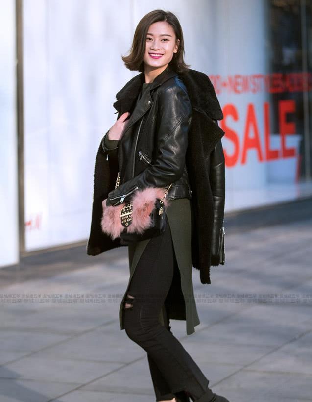 街拍:潮拍冬日皮衣美女 美女都喜欢穿酷帅十足的机车外套