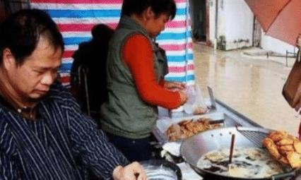 """中年夫妇街头卖""""油炸小吃"""",便宜又好吃,食客:为吃它风雨无阻"""