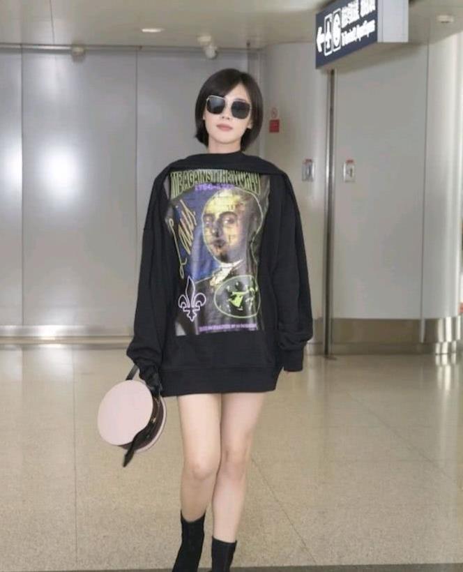 """马思纯的斜刘海短发造型减龄不?外套反穿下装""""失踪"""",很时髦"""