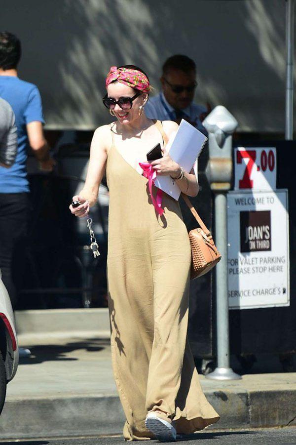 星街拍|艾梅柏·希尔德白色针织裙曲线美,克里斯汀迷彩T恤酷帅