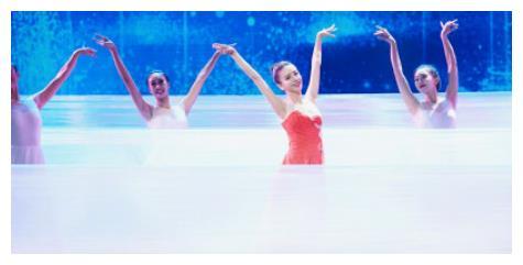 佟丽娅领舞《共和国之恋》,绝美舞姿,网友:仙女下凡