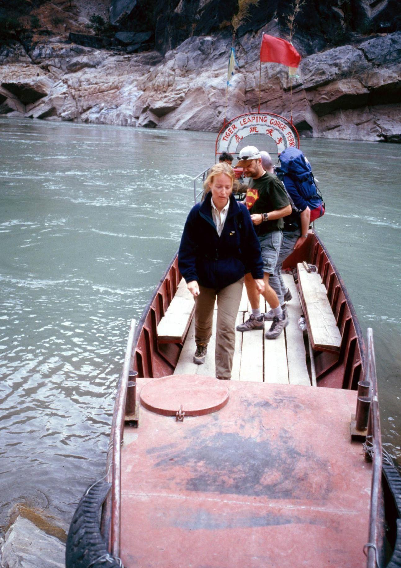 2001年,迪庆藏族自治州香格里拉县虎跳峡中虎跳江边